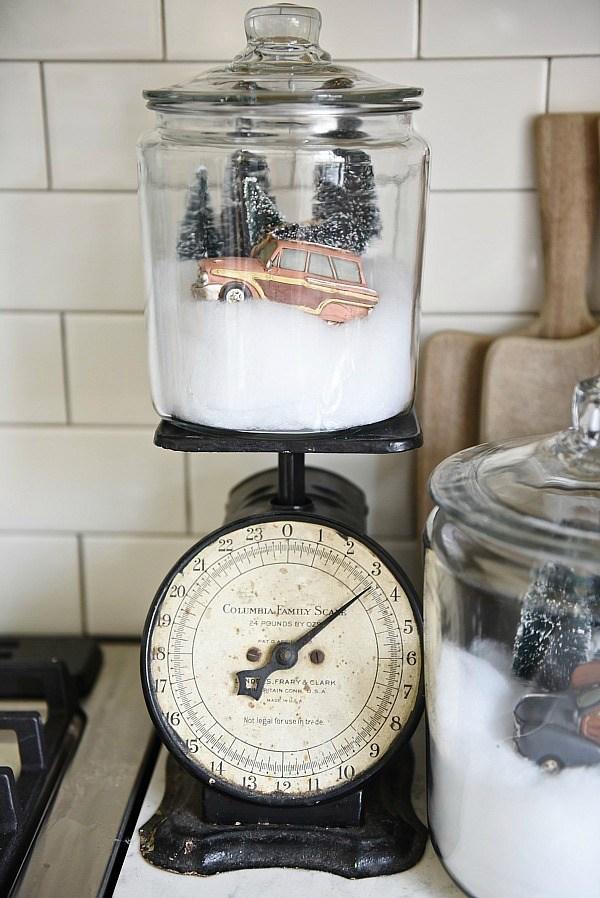 http://www.lizmarieblog.com/2015/12/diy-snow-globe-jars/